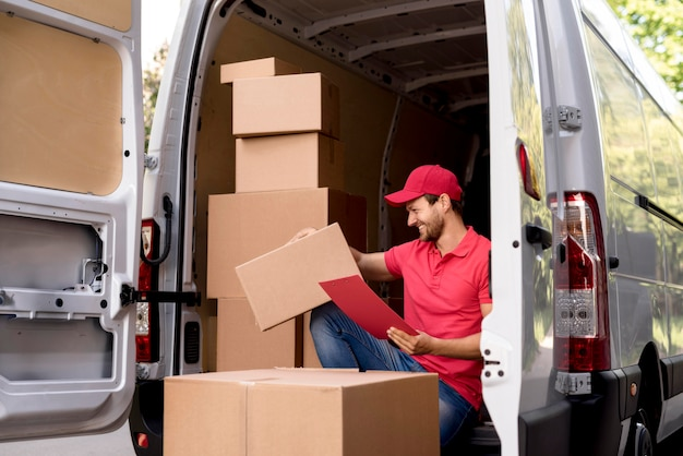 Repartidor con lista de paquetes
