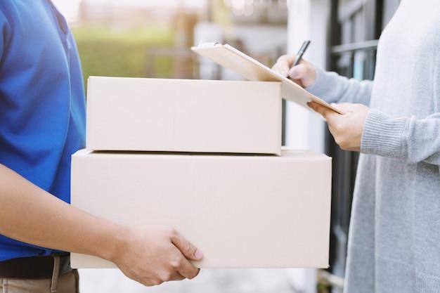 Repartidor de paquetería de un paquete a través de un servicio