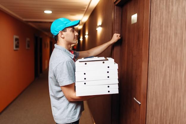 Repartidor de pizzas llamando a la puerta del cliente
