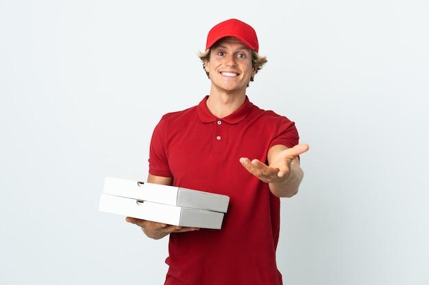 Repartidor de pizzas sobre blanco aislado estrecharme la mano para cerrar un buen trato