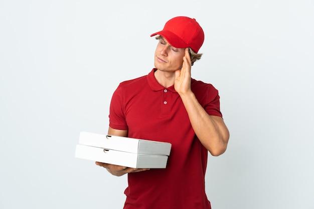 Repartidor de pizzas sobre fondo blanco aislado con dolor de cabeza