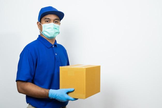 Repartidor uniforme azul con guantes de goma y máscara