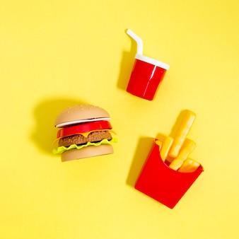Réplicas de comida rápida sobre fondo amarillo