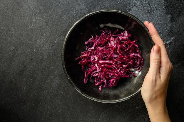 Repollo rojo, ensalada cruda de vegetales crudos (ensalada de col, refrigerio delicioso o repollo azul)