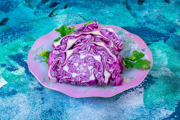 Repollo rojo y perejil en un plato