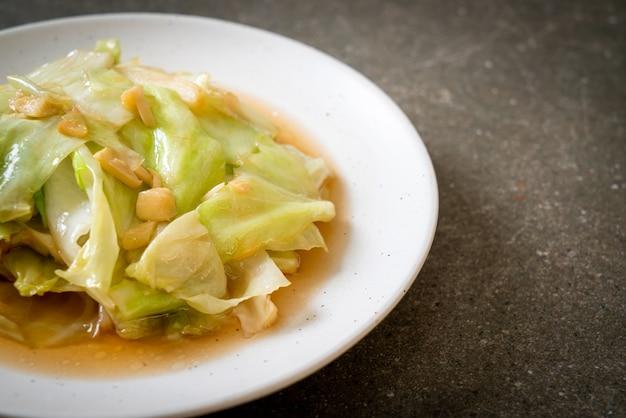 Repollo salteado con salsa de pescado - estilo de comida asiática