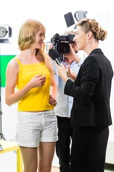 Reportero y camarógrafo disparan una entrevista.