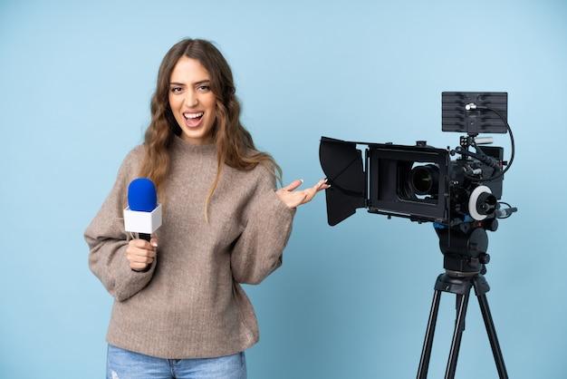 Reportero joven sosteniendo un micrófono y reportando noticias infelices y frustradas con algo