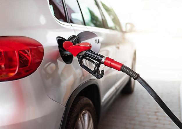 Repostaje de coches plateados en la gasolinera, el concepto de energía combustible