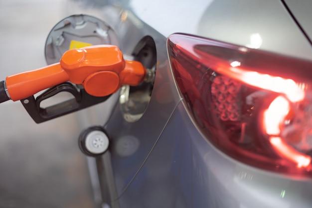 Repostaje de vehículos en gasolinera.