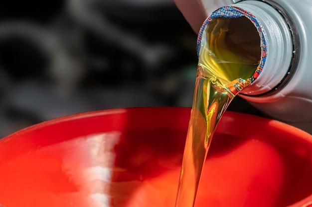 Repostar y verter aceite llene el aceite en el motor, mantenimiento y rendimiento.