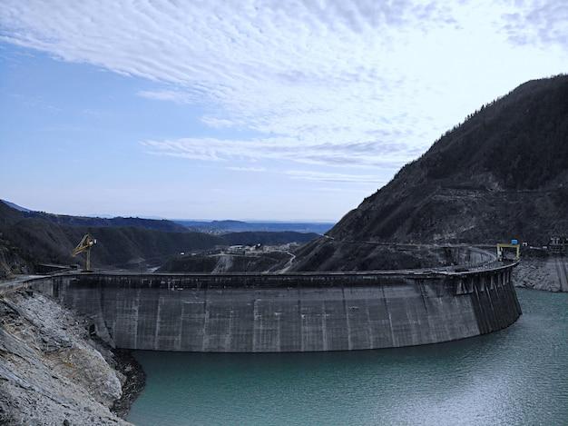Represa del arco hidroeléctrico enguri