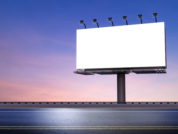 Representación 3d de cartelera en blanco con calle sobre fondo de cielo crepuscular