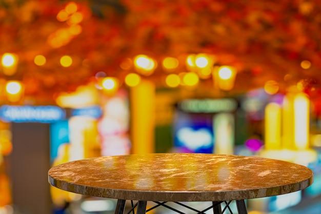 Representación 3d, mesa de mármol vacía para mostrar productos frente al restaurante, bar nocturno o club nocturno, desenfoque de fondo abstracto, espacio de copia vacío para la fiesta, promoción de banners de redes sociales, carteles