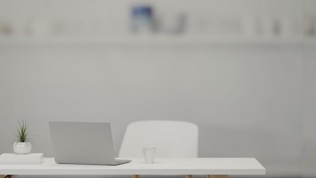 Representación 3d, mesa de trabajo con computadora portátil, vaso de agua y maceta en la sala de la oficina en casa, ilustración 3d