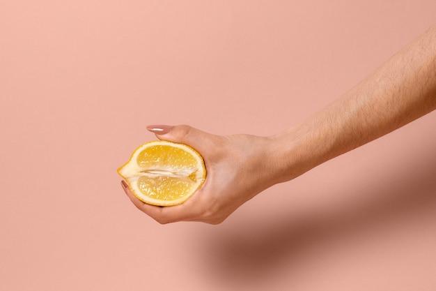 Representación abstracta de la salud sexual con limón