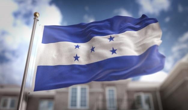 Representación de la bandera de honduras 3d en el fondo del edificio del cielo azul