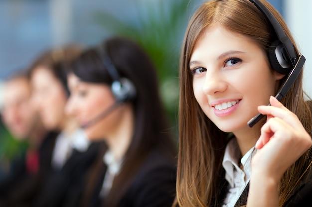 Representante de atención al cliente sonriente en el trabajo