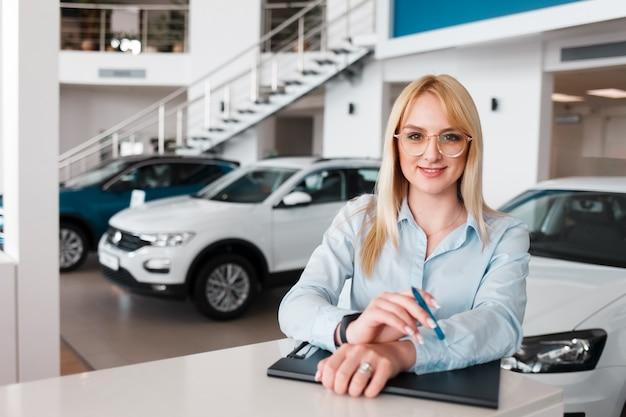 Representante de retrato del concesionario de automóviles
