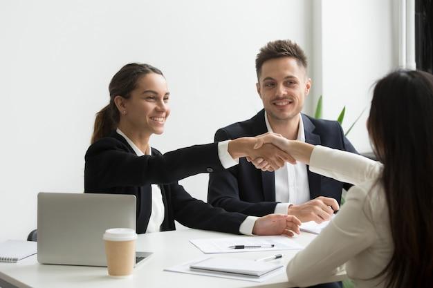 Representantes de recursos humanos saludan positivamente a candidata de trabajo femenino