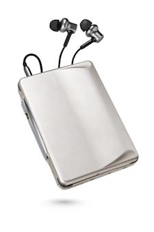 Reproductor portátil metálico con auriculares y cinta de casete aislado en superficie blanca