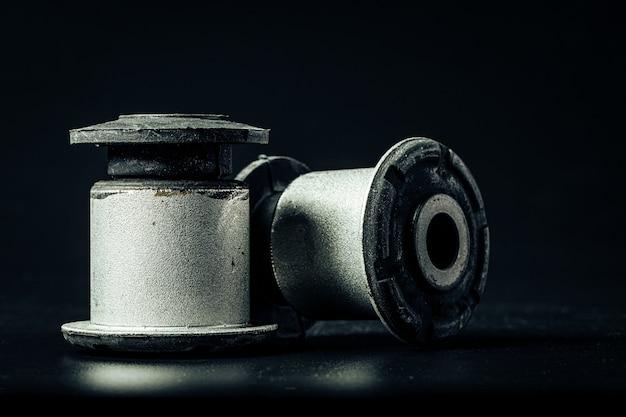 Repuesto de motor de automóvil de metal sobre fondo negro