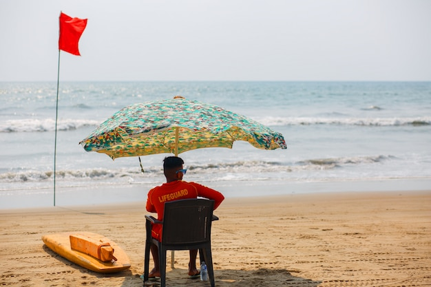 Rescatador de goa beach, viendo nadar y bañarse en arambol goa, india