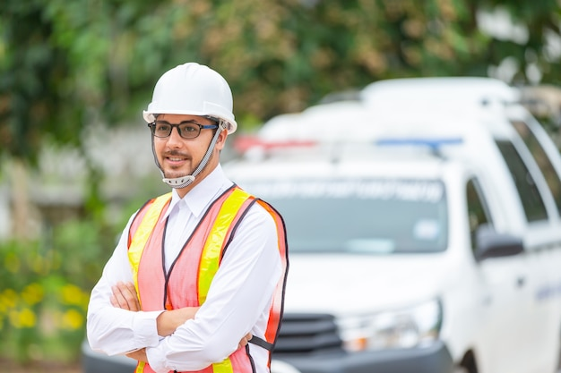 Los rescatistas están preparando a los rescatistas y las herramientas básicas para salvar vidas antes de ir al área afectada por el desastre.