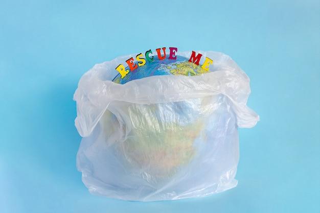 Rescue yo y modele el planeta tierra en un paquete de plástico de polietileno.