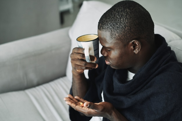 Resfriado negro masculino, gripe, virus, enfermedad