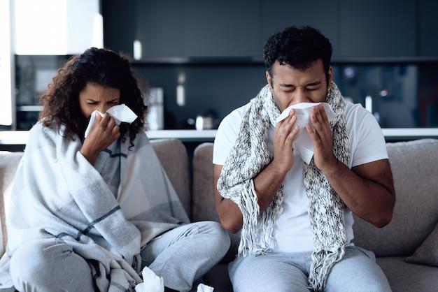 Se resfrían y se suenan la nariz con servilletas de papel.
