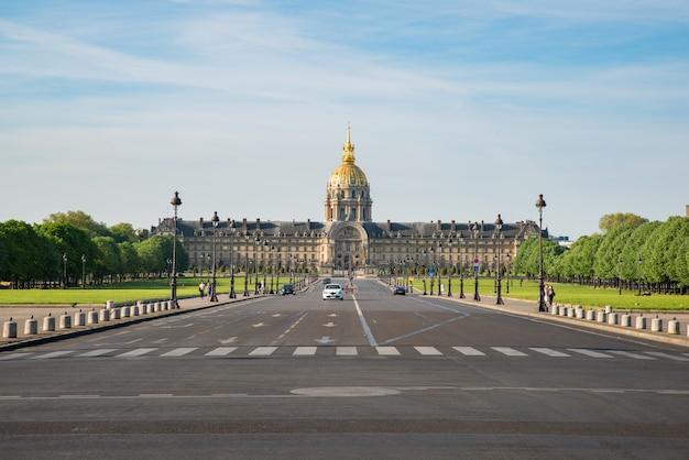 Residencia nacional del complejo invalids de museos y monumentos en parís, francia.