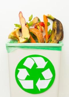 Residuos de alimentos sobrantes en una papelera de reciclaje