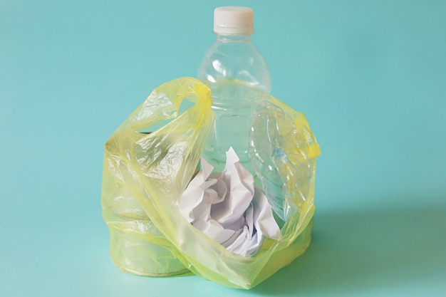 Residuos contra el fondo azul claro para el concepto de reciclaje