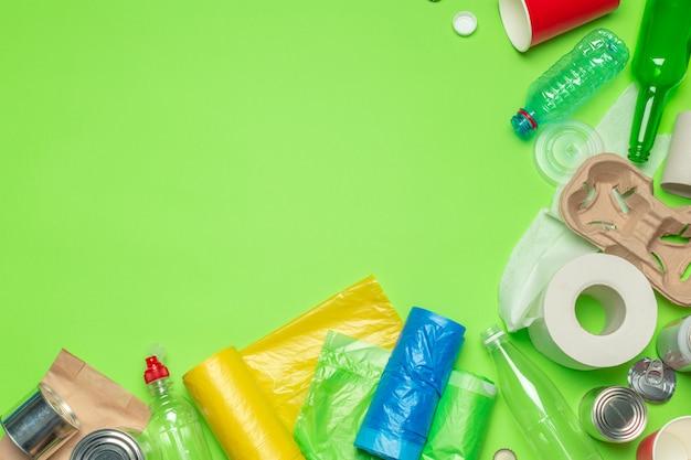 Residuos de papel, plástico, polietileno.
