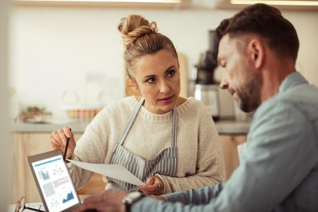 Resolviendo problemas. mujer de negocios inteligente discutiendo eventuales problemas con su pareja apuntando en una computadora portátil.