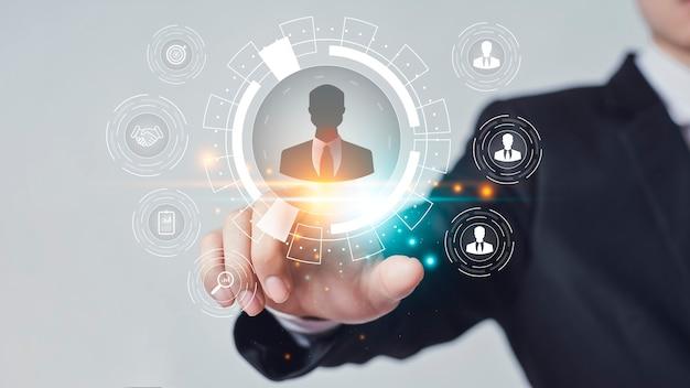 Responsable de recursos humanos, reclutamiento de personal o socios comerciales y empleados seleccionados para trabajar en la empresa.