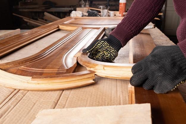 Restauración de una antigua puerta de madera closeup