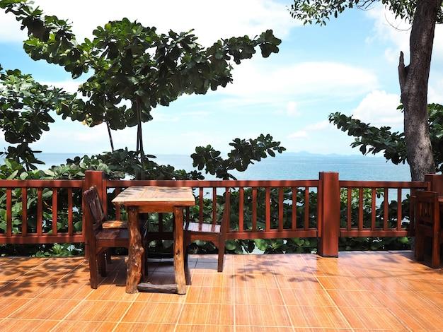 Restaurante al aire libre con vista al mar en verano.