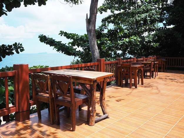 Restaurante al aire libre con vistas al mar en verano.