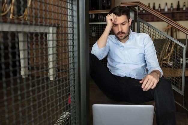 Restaurante, cafetería, bar cerrado debido al cierre del brote de coronavirus o covid-19, propietario estresado de una pequeña empresa, depresión. hombre de negocios agotado, molesto. negocios, economía, crisis financiera.