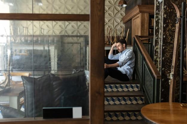 Restaurante, cafetería, bar cerrado debido al cierre del brote de coronavirus o covid-19, propietario estresado de una pequeña empresa, depresión. hombre de negocios agotado, molesto.