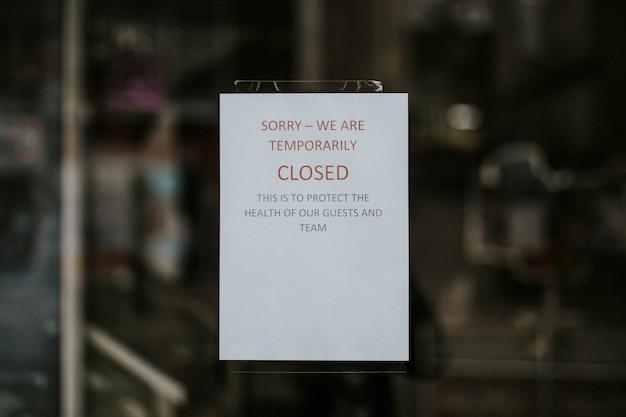 Restaurante cerrado temporalmente como señal de coronavirus. bristol, reino unido, 30 de marzo de 2020