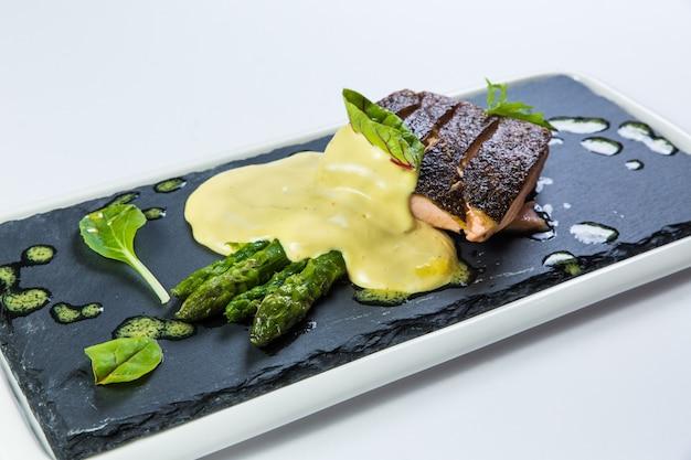 Restaurante de entrega de comida sana, ensalada, segundo plato o primer plato sobre superficie blanca