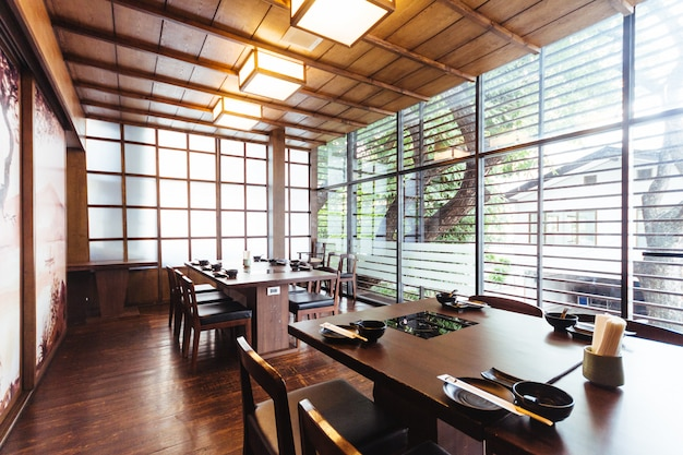 Restaurante japonés con madera decorada.