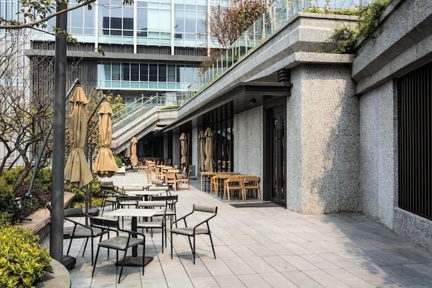Restaurante con mesas y sillas en la calle