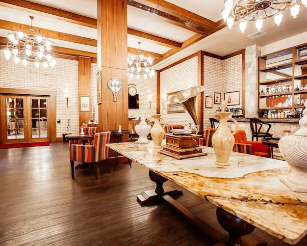 Restaurante moderno y vintage con todas las comodidades.