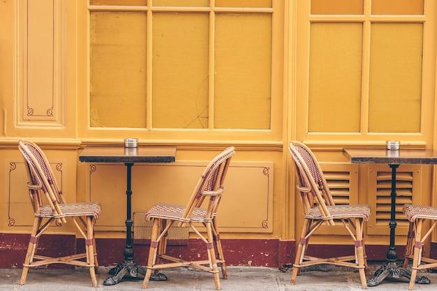 Restaurante vacío de verano al aire libre en europa.