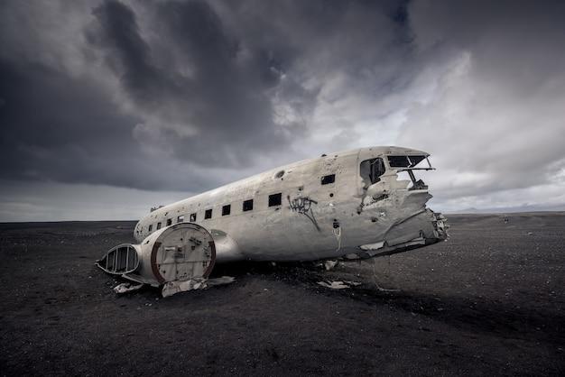 Restos del avión en la playa de arena negra en islandia