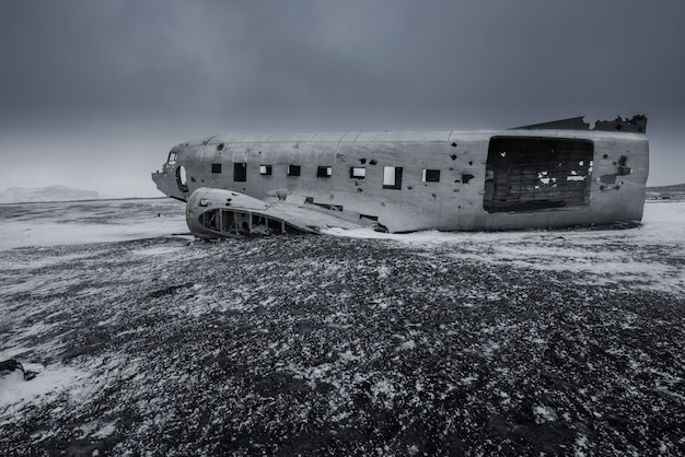 Restos de avión en la playa de arena negra en islandia